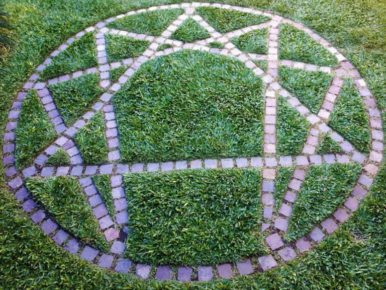 El símbolo del Eneagrama construido sobre la tierra