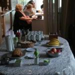 Mesa de break del curso: budín casero y frutas
