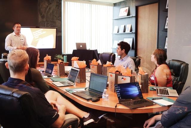 Reunión de trabajo donde una persona realiza una presentación