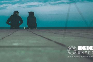 Dos personas sentadas a lo lejos, hablando