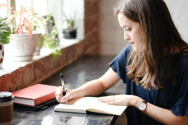 Mujer escribiendo una carta